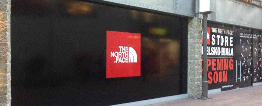Na zdjęciu wyklejona witryna sklepu The North Face w Galerii Sfera w Bielsku-Białej.