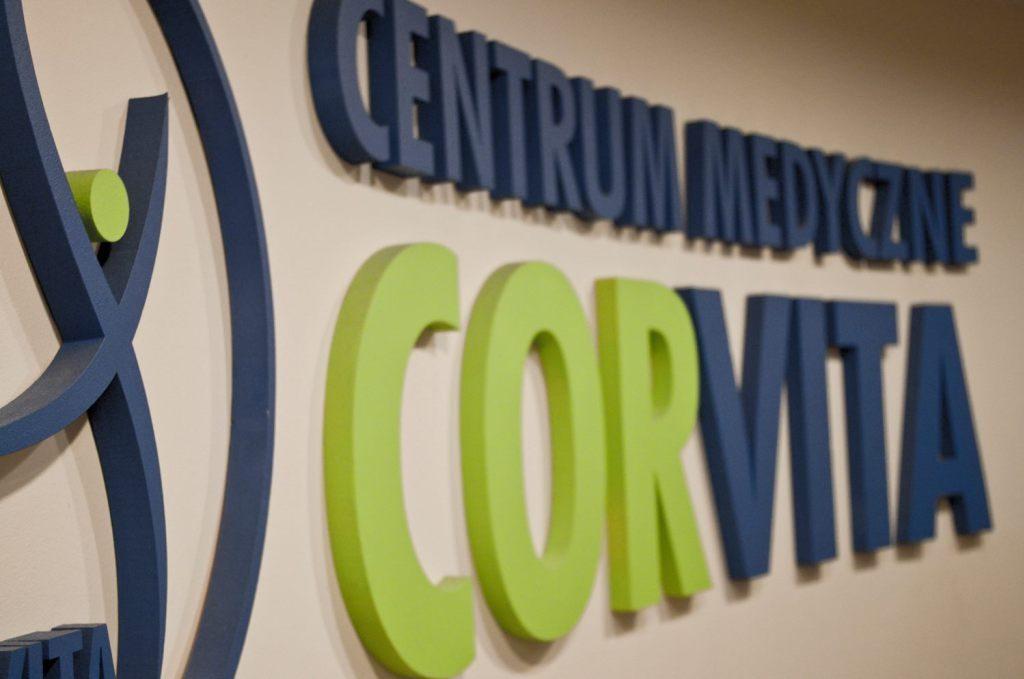 Logo i nazwa Centrum Medycznego Corvita wycięte ze styroduru, pomalowane i przyklejone na ścianie. Element identyfikacji.