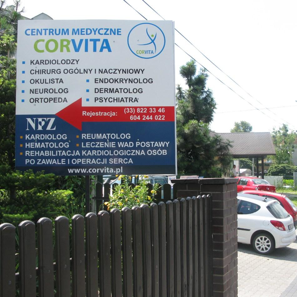 Przydrożna tablica reklamująca CM Corvita