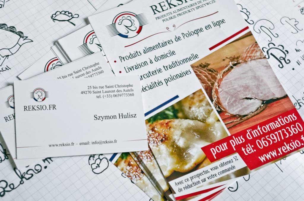 Na zdjęciu wizytówki oraz ulotki firmy reksio.fr. W tle Symbolika tworzonego logo.
