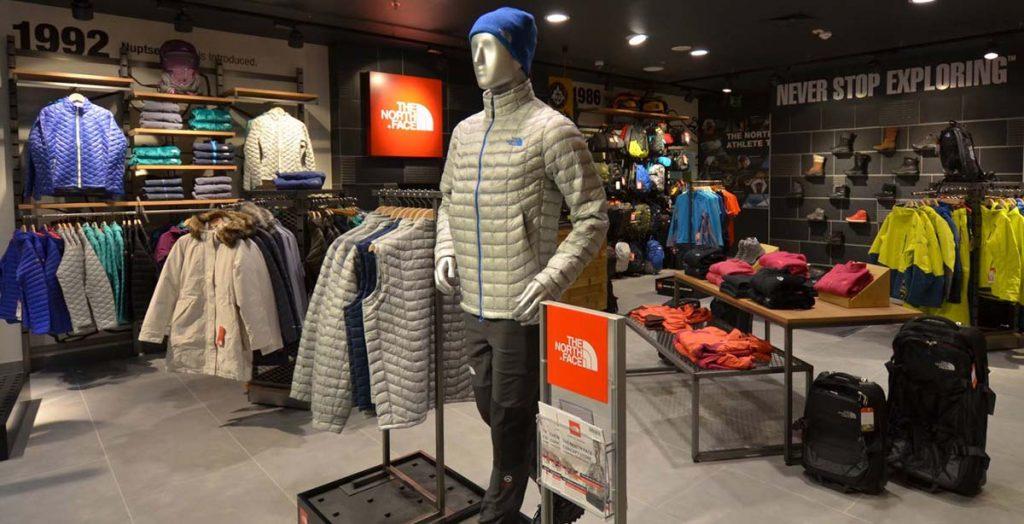 Na zdjęciu wnętrze sklepu The North Face z widocznym standem na ulotki.