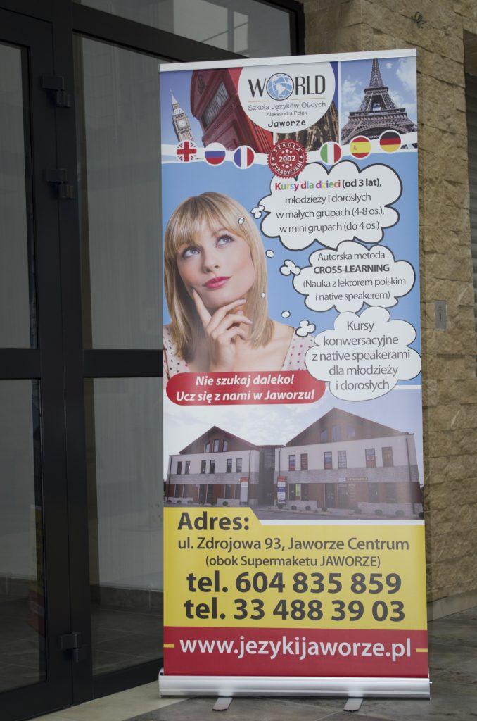 """Pięky Roll-up Szkoły Języków Obcych """"World"""" w Jaworzu został stworzony na bazie projektu ulotki."""